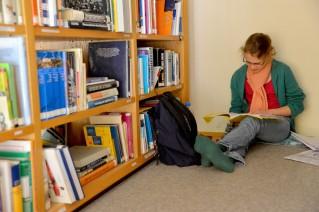 Bild: Eine Schülerin bei der Arbeit in der Schülerbibliothek