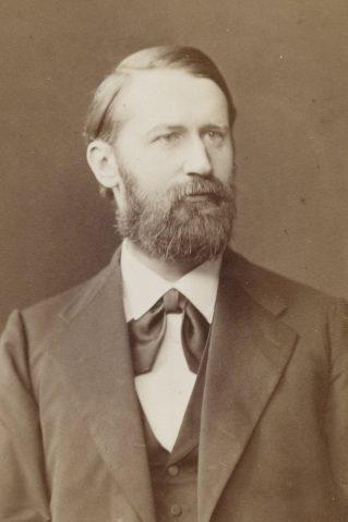 Bild: Arthur von Auwers 1884 (Urheber: Von Prumm, Theodor (18..-19..? ; photographe) - http://gallica.bnf.fr/ark:/12148/btv1b8452873q/f1.item.r=Soci%C3%A9t%C3%A9%20de%20G%C3%A9ographie,%20SG%20PORTRAIT-, Gemeinfrei, https://commons.wikimedia.org/w/index.php?curid=57556332)
